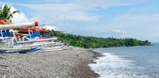 Jukungs am Strand von Amed, Ostbali