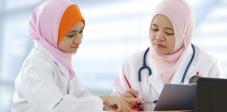 Ärztin und Patientin in Indonesien
