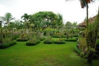 Wiese im Bali Orchid Garden in Denpasar, Bali