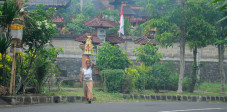 Frau mit Opfergaben in Bangli, Bali