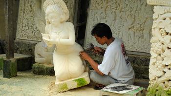 Bildhauer in seiner Werkstatt auf Bali