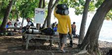 Diving Helper mit Tauchflasche in Tulamben, Bali