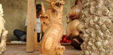 Holzschnitzer in Mas, Bali