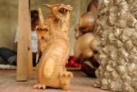 Holzdrache von Schnitzer in Mas, Bali