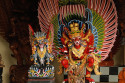 Große geschnitzte Figuren Nähe Mas, Bali