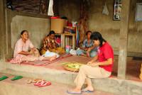 Frauen bearbeiten Holzschnitzereien in Mas, Bali