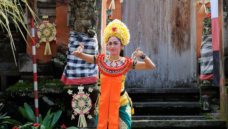 Modisch gekleidete Legong Tänzerin auf Bali