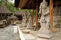 Statuen im Pura Tirta Empul, Bali
