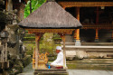 Priester im Pura Tirta Empul, Bali