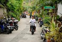 Strasse mit Roller in Ubud, Bali
