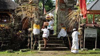 Zeremonie mit Opfergaben in Tempel auf Bali
