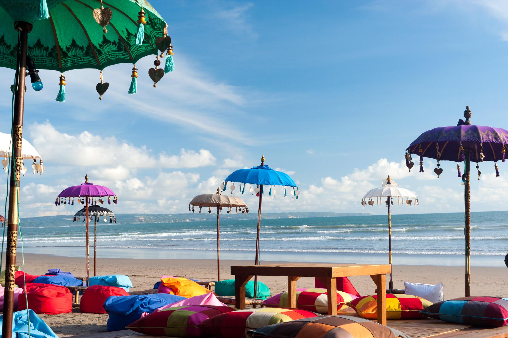 Strand mit Sitzkissen auf der Gili Trawangan, Indonesien