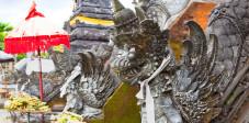 Statue mit Opfergaben im Mayura Wasserpalast, Cakranegara, Lombok, Indonesien