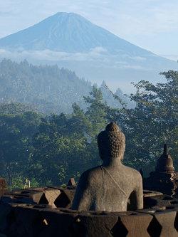 Tempel Bodobudur mit Blick auf Vulkan Merapi, Yogyakarta, Java