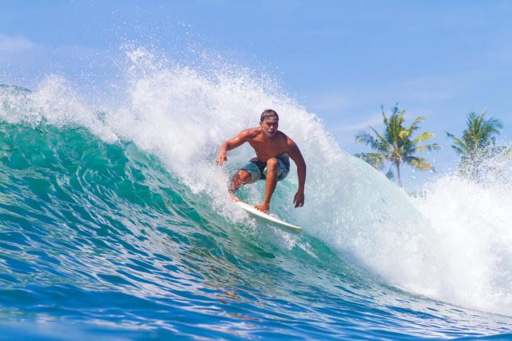 Surfer auf Sumbawa, Indonesien