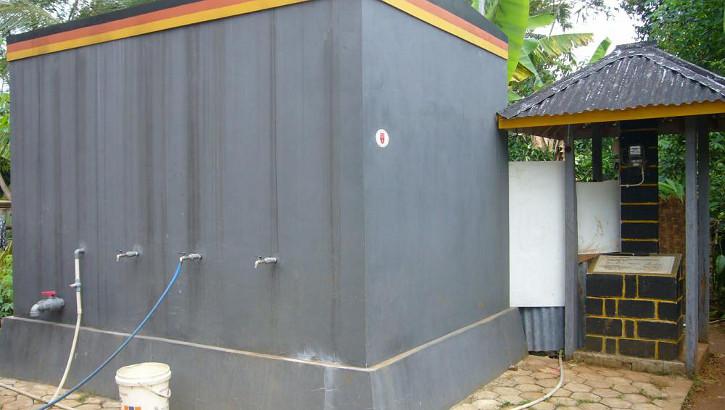 Wassertank, erbaut durch die Kinderhilfe Indonesien auf Java, Indonesien
