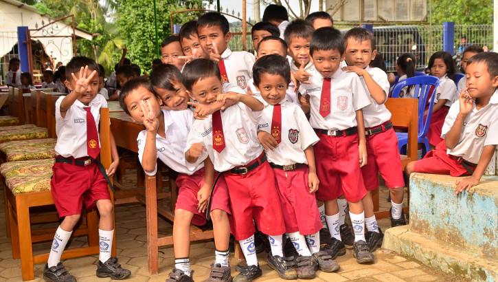 Schulkinder in Banyumas auf Java, Indonesien