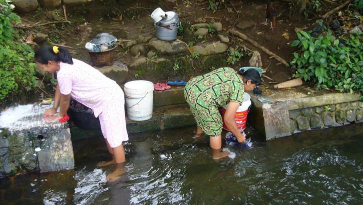Frauen waschen am Fluss auf Java, Indonesien